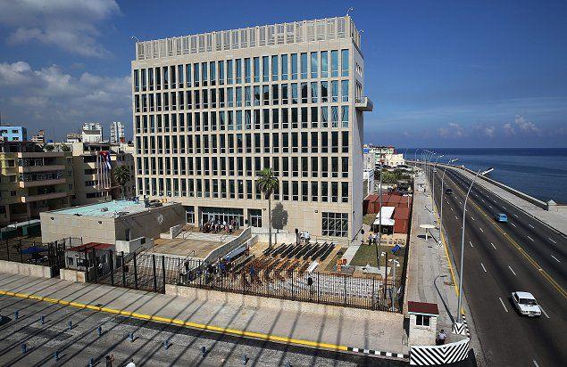 El imponente edificio, construido en 1953, se ubica junto al tradicional malecón de La Habana.