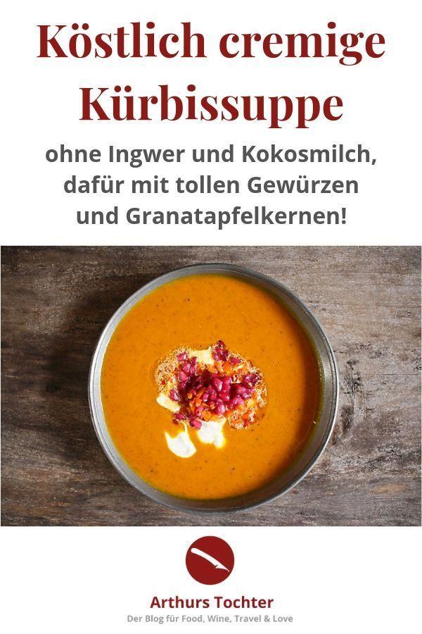 Rezept für köstliche, cremige Kürbissuppe ohne Ingwer und Kokosmilch, dafür mit tollen Gewürzen und Granatapfelkernen
