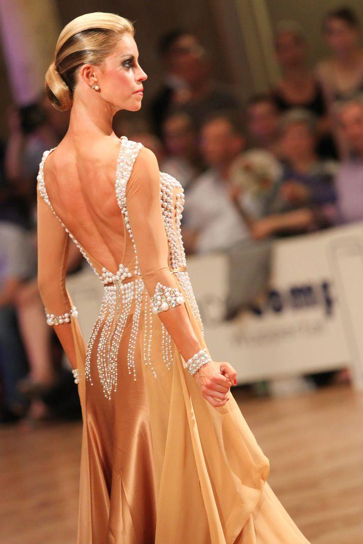 Позади времена, когда платья украшали только стразами. Жемчуг снова входит в моду, предоставляя тем самым элегантную альтернативу. А комбинация из жемчужин и стразов вдвойне выигрышна! Она придает наряду как изысканность, так и необходимые для бальных танцев блеск и сияние.