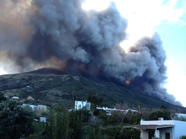 4 eruzione 12 gen. 2013.jpg  Ginostra News  Foto di A. Caccetta e U.Claudio liberamente tratte dal web  Spettacolare nuvola di fumo e cenere generata dal contatto con l'acqua della  colata lavica lungo la Sciara del Fuoco