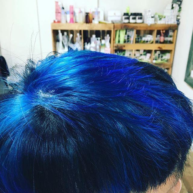 WEBSTA @ kenichitsunoda - 今日は友達の髪をブルーとブラックにしてみました。なかなかうまくいったよ〜#hairBOO#マニックパニック#美容室
