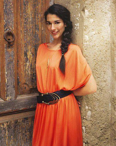 """Tunika Kleid Das locker geschnittene Jerseykleid hat einen Rundhalsausschnitt und überschnittene Schultern, die wie kurze Ärmel fallen. Es ist gut knielang und in der Hüfte gerafft. <p><b>SO GEHEN SIE VOR</b><br /> <b>Suchen Sie sich ein Kleid aus</b> und <a href=""""/producing/pdf/selbermachen/sommerkleider-schnittbogen.pdf"""" target=""""_blank"""">laden Sie sich den Schnittmusterbogen herunter</a> und drucken ihn aus (bei """"Seite anpassen und Optionen"""" im Druckmenü """"Poster"""" auswählen). Dann wird der…"""