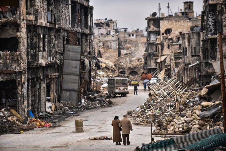 Una pareja de ancianos regresa a la ciudad de Alepo (Siria) tras los combates para ver cómo ha quedado su barrio, el 14 de enero de 2017.