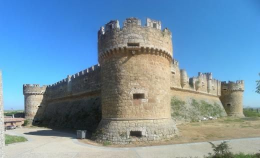 CASTLES OF SPAIN - Castillo de Grajal de Campos, León (siglo XVI). Se le considera el primer castillo artillado en España. La fortaleza fue construida por orden del poderoso señor de Grajal, Hernando de Vega, Comendador Mayor de Castilla. Hernando, temiendo la inminente revuelta de Castilla y de León contra Carlos V, no esperó la aprobación real para levantar la fortaleza, cuando ésta llegó en 1521, el castillo ya estaba concluido.