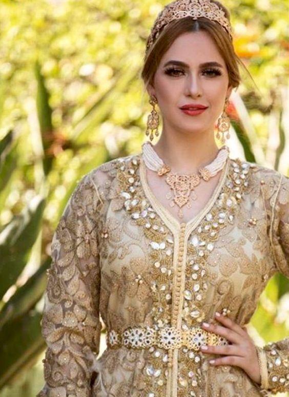 Découvrez cette gamme de caftan mariage 2018 en superbes coupes et couleurs  très tendances spécialement pour femmes et jeunes filles cherchant la  splendeur ... efb3722daa8