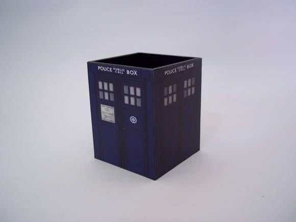 Porta lápis em mdf com estampa da TARDIS,  da série Doctor Who. R$ 20,00