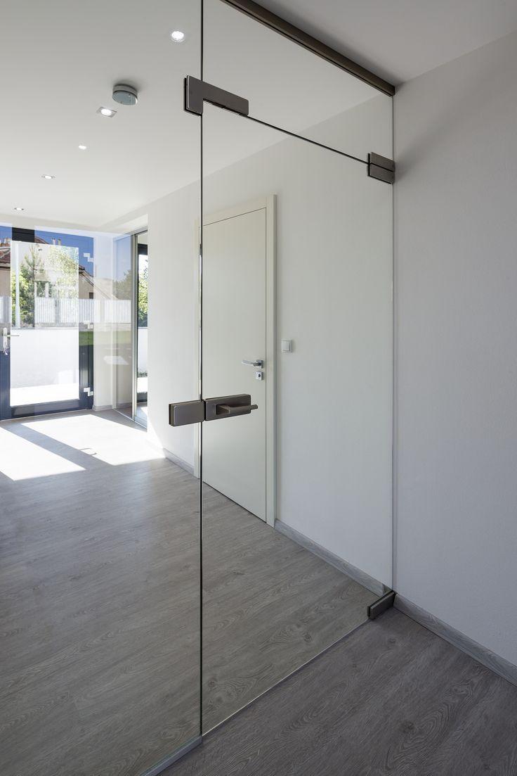 Celoskleněné dveře krásně prosvětlí chodbu a jiné části bytu bez oken