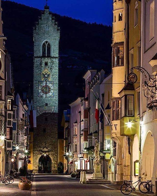 Sempre magica l'atmosfera della sera a #Vipiteno (BZ) in particolare in queste giornate autunnali in cui l'imbrunire arriva sempre più presto, in attesa delle luci del Natale che faranno risplendere la cittadina. Scopri di più: http://www.borghipiubelliditalia.it/component/borgi/?view=village&id=23&Itemid=218  Foto:@instavipiteno #borghitalia #borghipiubelliditalia #ilikeitaly #italiait