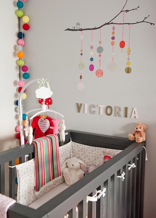Decoración multicolor para la habitación del bebé