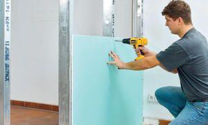 Metallprofile und Gipskartonplatten bilden die Trennwand im Trockenbau. Wer auf Schallschutz der GK-Wand Wert legt, sollte den Zwischenraum dämmen