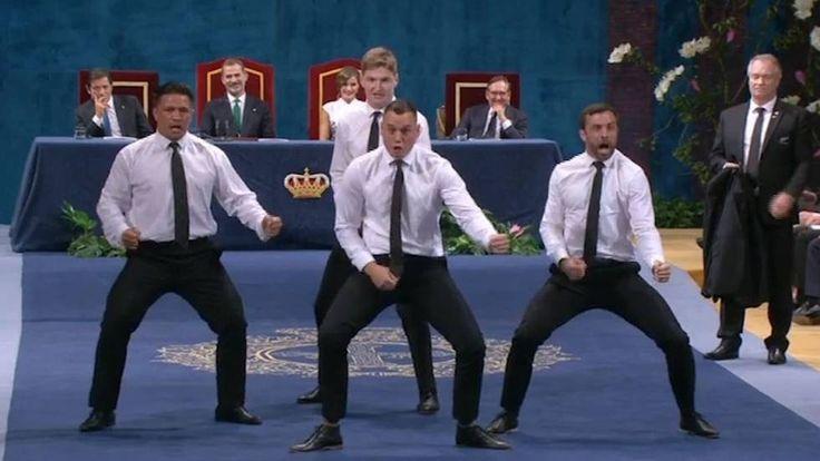 Los cuatro miembros del equipo de rugby All Blacks que ha subido al escenario del Teatro Campoamor de Oviedo tenían una sorpresa. Tras recoger el galardón y dirigirse al público a saludar, se han quitado las chaquetas y, todavía de espaldas a la mesa de presidencia en la que se encontraban los reyes Felipe y Letizia, han celebrado su premio Princesa de Asturias de los Deportes con una tradicional haka.