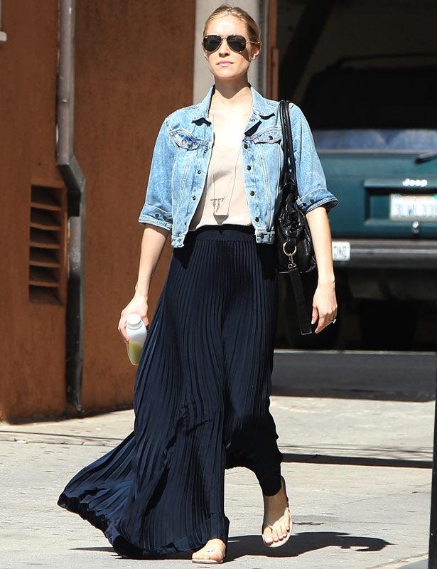 Kristin Cavallari integra su falda maxi plisada en un look casual gracias a la cazadora vaquera. Más 'celebs' con falda plisada en http://www.elle.es/star-style/el-estilo-de/famosas-plisado