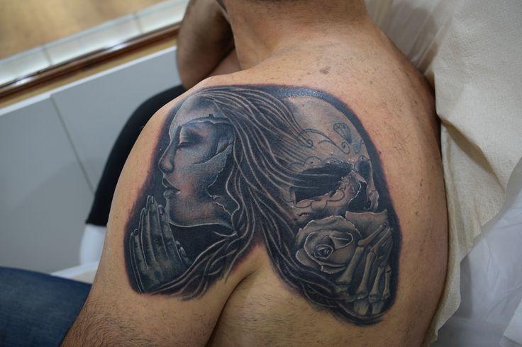 Tatuaje Surrealista Realista Calavera Catrina Espalda Chico Hecho por Killyan en Salon de Tatuajes Killyan Donostia San Sebastian Espana