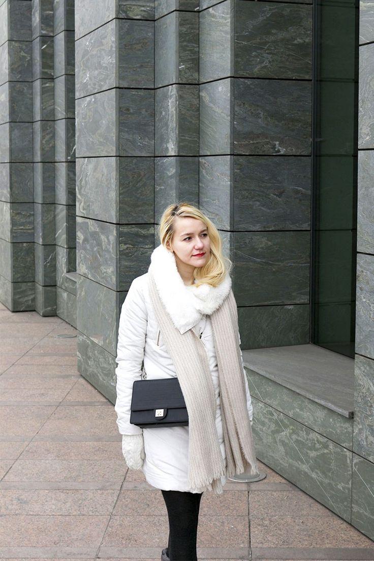 Зимний образ белый пуховик и угги Winter outfit: white puffer and ugg #style #streetstyle #fashion #minimalism #capsulewardrobe #torebkakazar #ugaustralia #bigscarf #мода #стиль #стильныйобраз #зимнийобраз #зимнийгардероб #белоепальто #угги #счемноситьугги #стильныйнаряд #минимализм #блондинка #блонд  #большойшарф