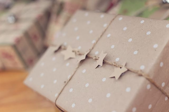Love this Christmas gift wrap idea! It's so simple; just cut out some stars, hole punch and thread them on the sting before you tie!