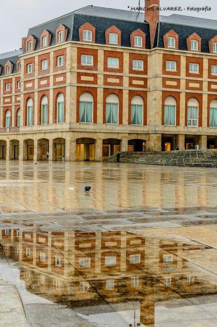 El Casino de Mar del Plata ... y su reflejo en un día lluvioso ...