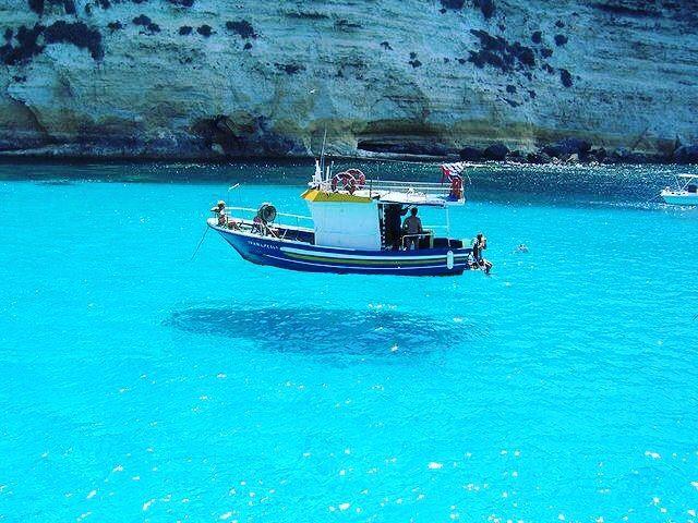 ヨーロッパ?ではなく日本!船が宙に浮いて見える「柏島」のビーチが美しい 3枚目の画像
