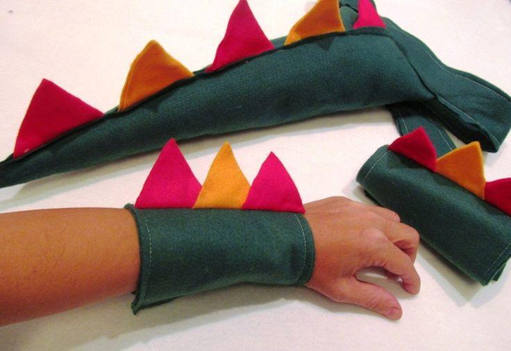 Kit Cauda de Dinossauro e bracelete em feltro. A cauda tem enchimento.(é fofinha!) O cinto de feltro fecha com fivelas de metal. O bracelete fecha com velcro. Pode ser feita em outras cores.  Pedido mínimo 10 unidades