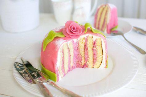 Rulltårtetårta - En riktigt smarrig tårta med hallon!
