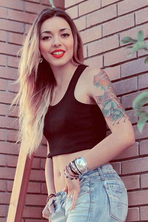 90s,jean,crop top,girl,tattoos,ombre.blonde,hair,dragon,inspiration,fashion,red,