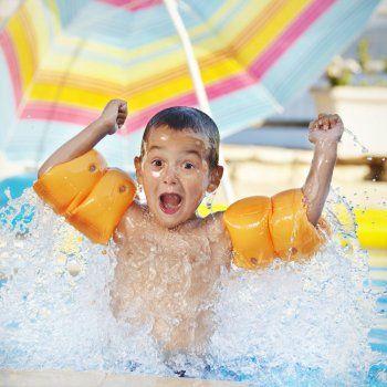 Juegos para niños en la piscina.