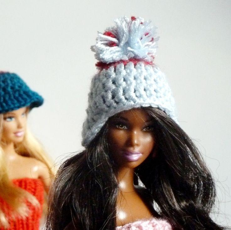 Ušanka pro Barbie Ušanka pro Barbie v kombinaci bledě modré a vínové. Vyberte si kabátek nebo svetřík dle svého vkusu v sekci Barbie - kabátky a svetry. Nehodí se tato barevná kombinace k Vaší stávající Barbie garderobě? Ozvěte se, určitě se domluvíme.