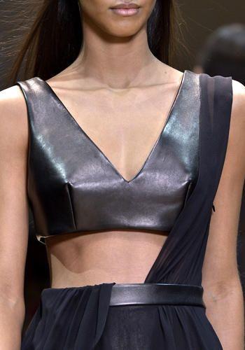 Dal cassetto della lingerie, alle passerelle. Top, bustini e cinture alte saranno i protagonisti delle notti d'inverno. Guardate le proposte di Cosmo!
