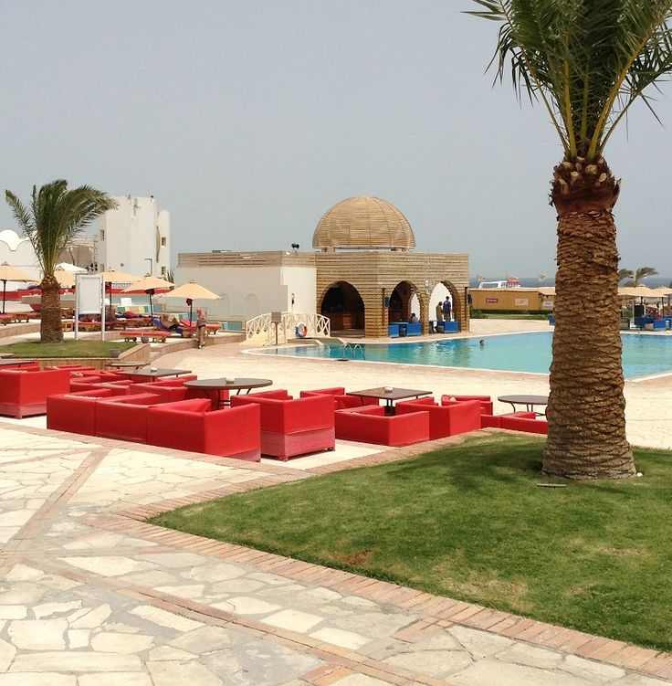 A great pool scene at the 4 star Mercure Hurghada.