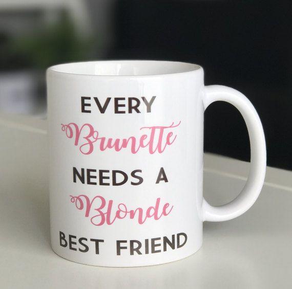 MUG Every Brunette Needs à Blonde Best Friend par monjolicadeau