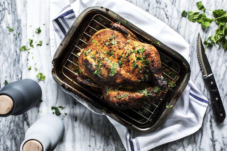 Det er så dejlig nemt at smide en hel kylling i ovnen og hvis du får fingrene i en Løgismose kylling er du garanteret en lykkelig og saftig fugl.