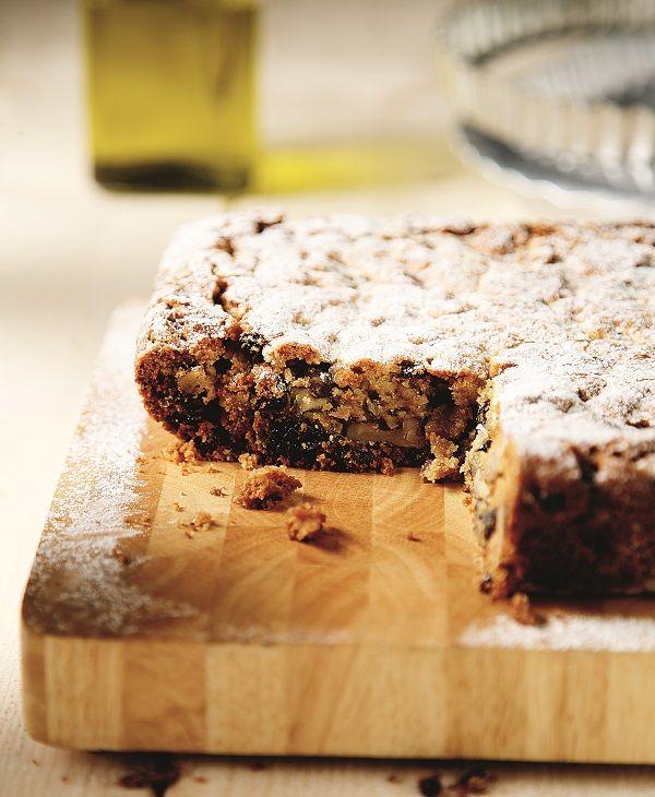 Αυτή η γλυκιά πίτα είναι ένα πεντανόστιμο και υγιεινό κέικ λαδιού, ό,τι πρέπει για να συνοδεύσετε τον καφέ ή το τσάι σας, αλλά και για να διώξετε με το καλό τις… απογευματινές υπογλυκαιμίες. Καλοφάγωτη και να φανερωθεί η τύχη σας. #φανουρόπιτα