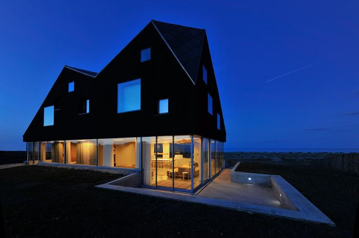 The Dune House was built by Jarmund and Vigsnæs architects for Living Architecture in England. Living Architecture is renting out vacation homes for 'Holidays in modern architecture'.