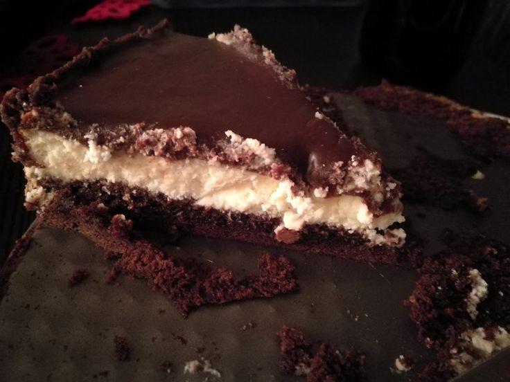 Denne brownie-ostekaken var en stor suksess her hjemme, og hele kaken forsvant på en brettspill-kveld (trøstespising etter enda et tap i Pan...