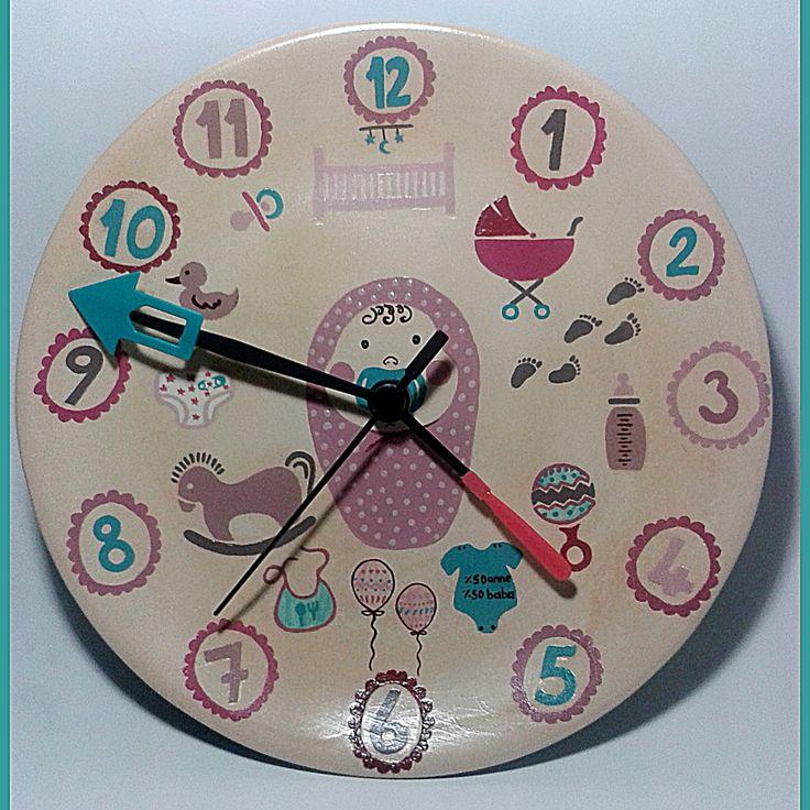 Bebek odası duvar saati el yapımı olup 25x25 cm boyutlarındadır.