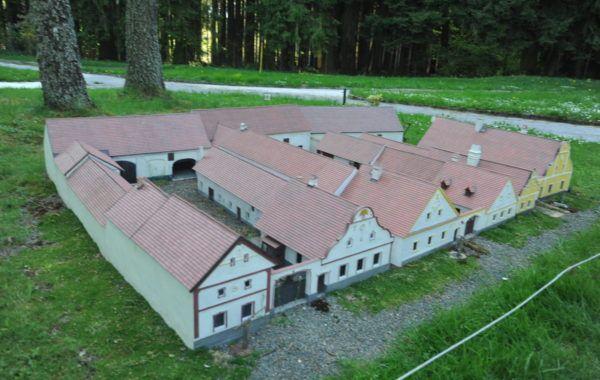 Holašovice Dalších 59 modelů českých památek čeká v Parku Boheminium. Skvělé místo pro výlet!