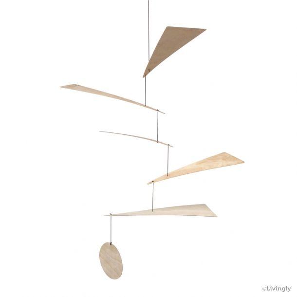 Blades Mobilen er håndlavet dansk design. Bladene balancerer vandret i luften, og med træet som materiale er udtrykket levende og naturligt.  Materiale: FSC-certificeret birkefiner og vokset bomuldssnor. Mål: 60 x 60 cm Varenummer: LILY01