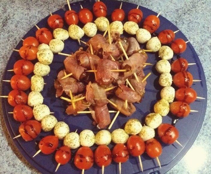 Antipasti Platte mit Tomaten-Mozzarella Spießen und Schinken-Dattel Spießen