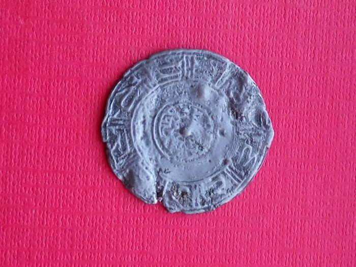 Al Andalus zilveren Amulet (AG). 38-39 mm (1) kalifaat periode. X eeuw  Al Andalus zilveren Amulet (AG). 38-39 mm (1) kalifaat periode. X eeuw. Zeldzame!Het is niet een muntstuk!: bismilla en risala ontbreekt.Materiaal: zilver. Niet-gereinigde toestand.Maat: 38-39 mm.-Epigrafische elementen:Lineaire kufische. Het is verdeeld in voorzijde en keerzijde in een grens met tekens van grotere omvang en klaar geweien u schuine rand en vier lijnen in het midden kleinere.-Decoratieve elementen:Drie…