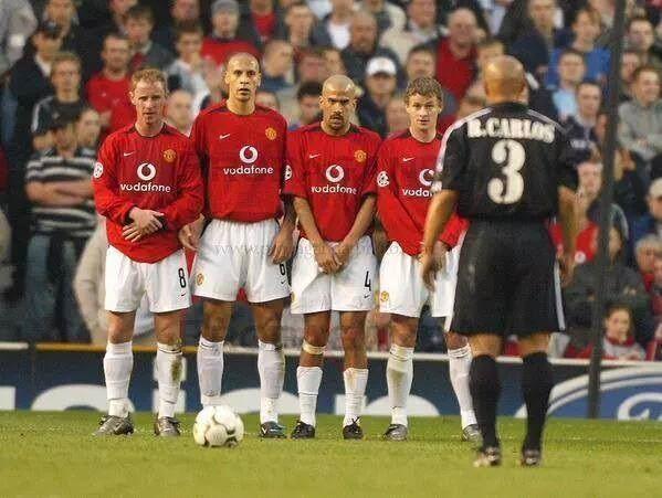 Anglik nie boi się strzału Roberto Carlosa • Rio Ferdinand ma chyba jaja z kamienia bo nie chroni ich przed piłką Carlosa • Zobacz >> #carlos #funny #football #soccer #sports #pilkanozna
