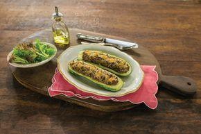 Abobrinhas recheadas | Receita Panelinha: A versátil abobrinha vira prato principal recheada com carne moída. Sirva com uma salada de folhas verdes e está pronta uma refeição prática, saudável e saborosa.