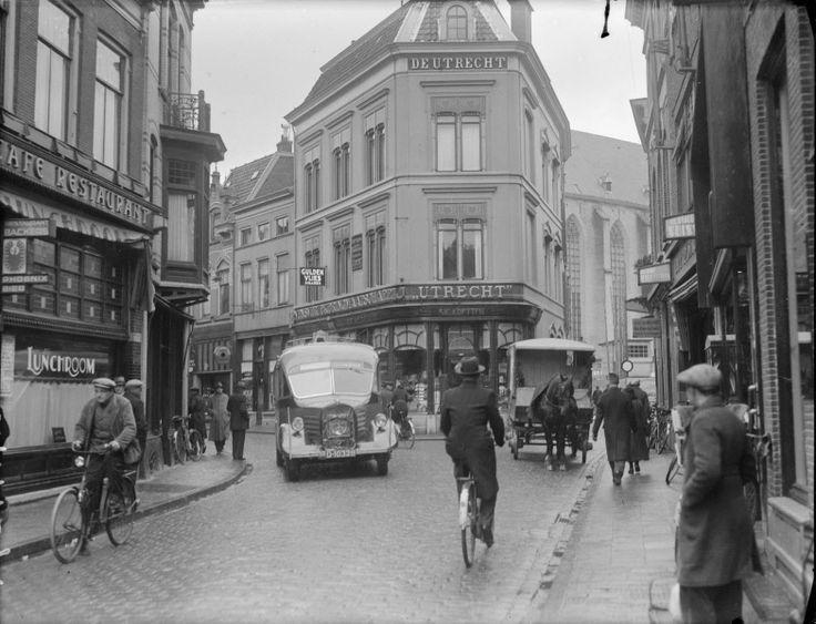 Zwolle: Opname in een drukke Luttekestraat, met veel mensen en auto's op straat.