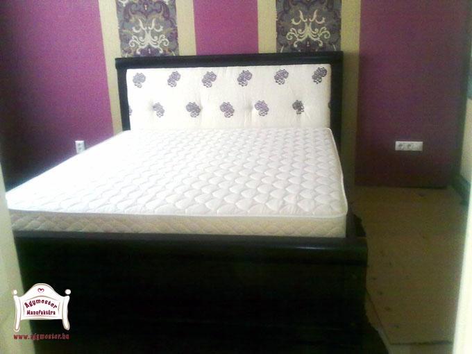 Egyedi gyártású felnőtt ágy párnázott fejvéggel