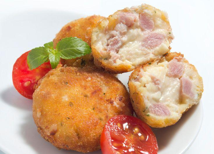 Super fáciles de hacer, estas bombas de patata y bacon quedan deliciosas. Simplemente están elaboradas con puré de patata y bacon, na más. Y sirven para ac