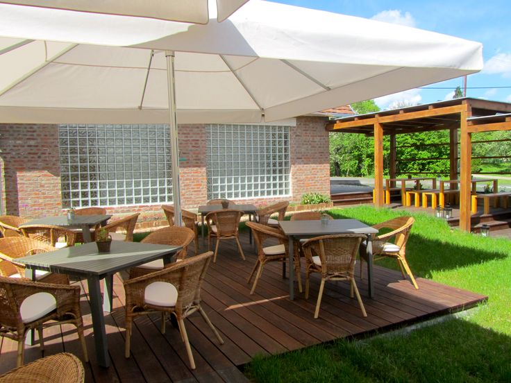 Szabadon álló, mégis mozgatható, kinyitható szerkezetek a teraszok, udvarok, strandok, kerthelységek kedvenc berendezései. A gombaernyők, árnyékképüket tekintve négyzet és hatszög kivitelben készülnek