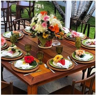 Para um almoço de domingo especial, que tal pratos ornamentados com flores do campo? Com certeza o prato principal, a base de cordeiro, vai ficar muito mais atraente!