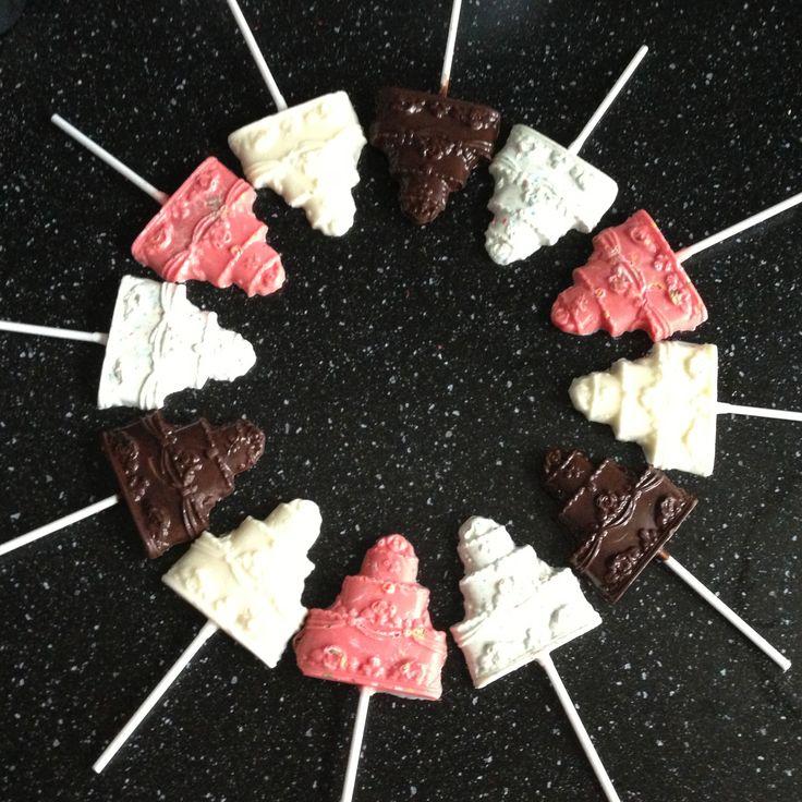 Vanilla / chocolate wedding cake lollipops