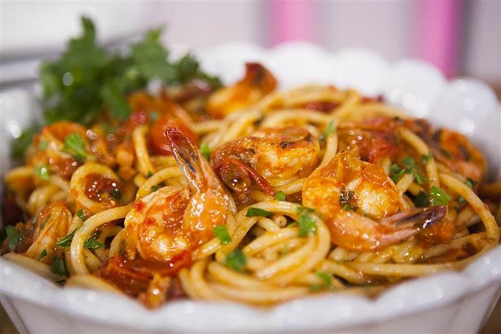 Laura Vitale and Willie Geist make Linguine with Shrimp all'Amatricia