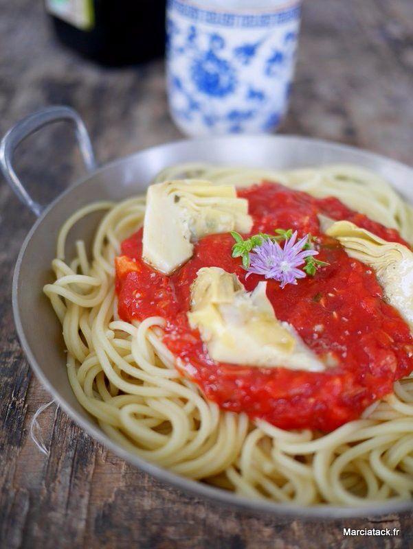 Envie d'une sauce tomates fait-maison qui décoiffe ? Essayez donc cette version avec des coeurs d'artichauts qui se marient divinement ! Comme les tomates fraiches, c'est loin d'être encore ça, je me suis servie de purée de tomates bio en bocaux. Mais vous pouvez tout à fait réaliser cette recette avec des tmates fraiches, le …