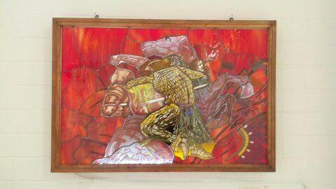 Vitral emplomado,96 x 65 cm, elaborado en la técnica de grisalla artesanal así como sus esmaltes, se encuentra montada en caja de luz.