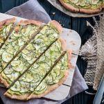 Glutenfreie Buchweizen-Tarte belegt mit Zucchini auf einer Avocado-Feta-Creme. Perfekte Vorspeise oder als Beilage zu Gegrilltem.
